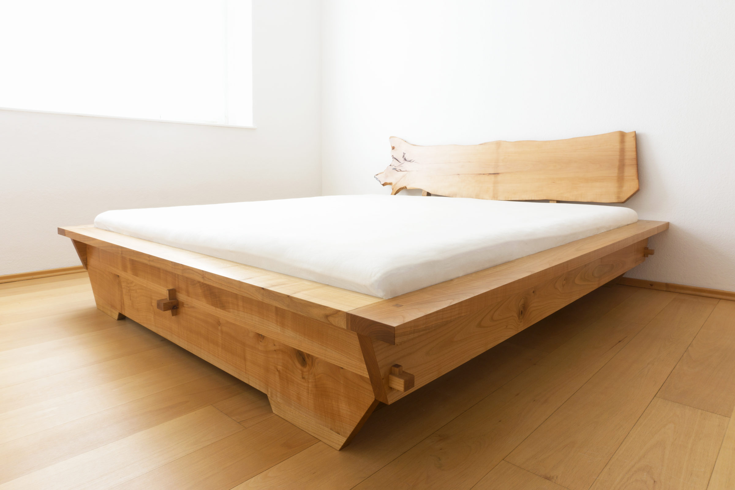 Bett, Massivholzmöbel handgemacht, Hochwertige Möbel aus Massivholz, Holzoberflächen handgehobelt, Einzelmöbelstücke, The Trees of Life