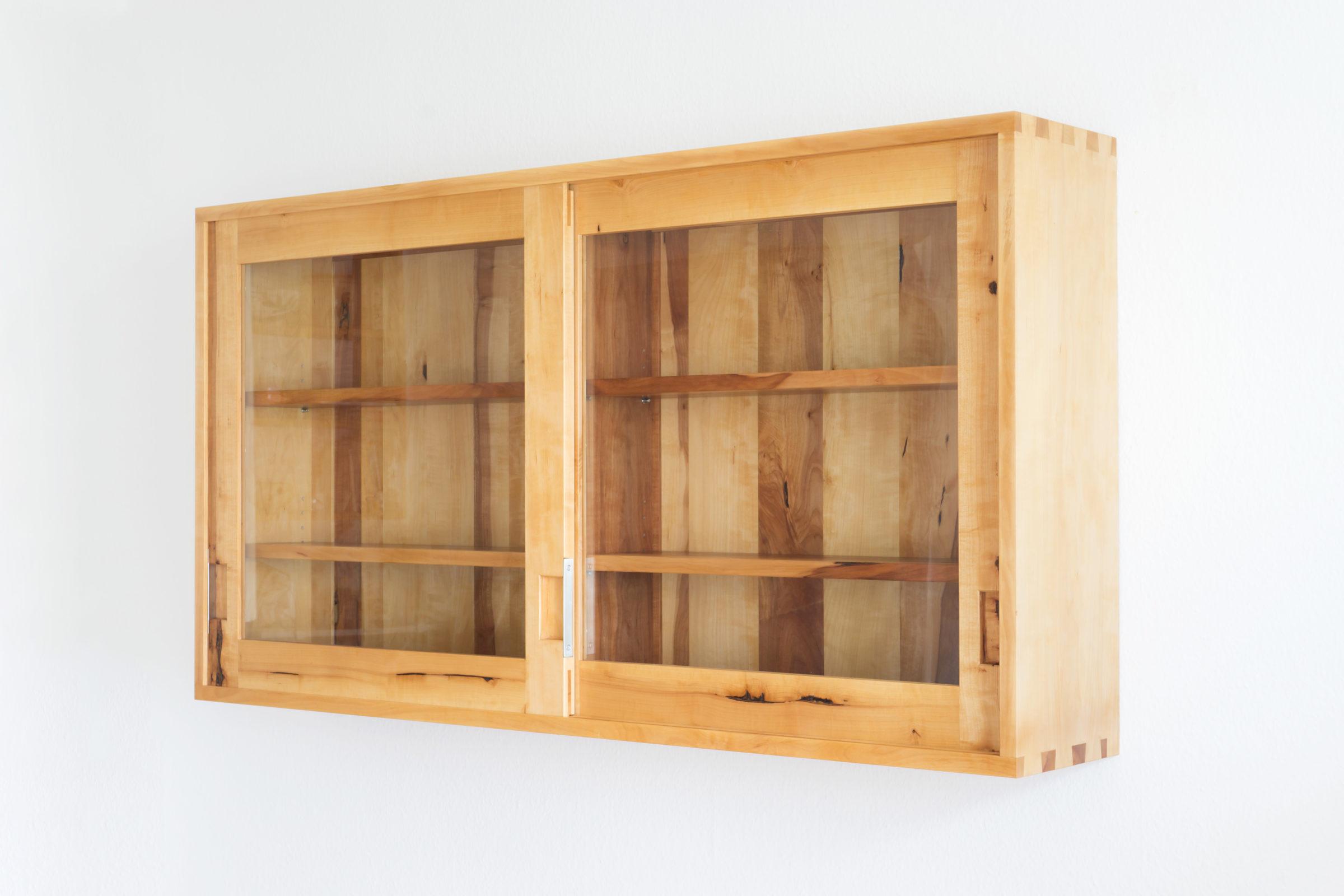 Hängeschrank mit Glastüren, Massivholzmöbel handgemacht, Hochwertige Möbel aus Massivholz, Holzoberflächen handgehobelt, Einzelmöbelstücke, The Trees of Life
