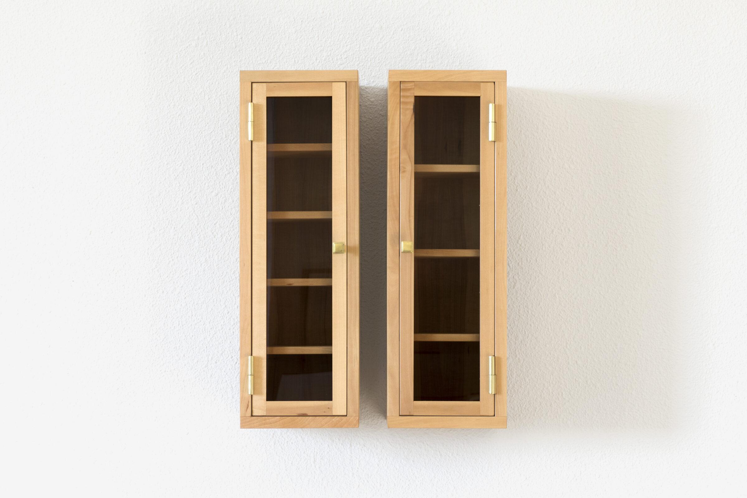 Glasschränkchen, vorne, Massivholzmöbel handgemacht, Hochwertige Möbel aus Massivholz, Holzoberflächen handgehobelt, Einzelmöbelstücke, The Trees of Life