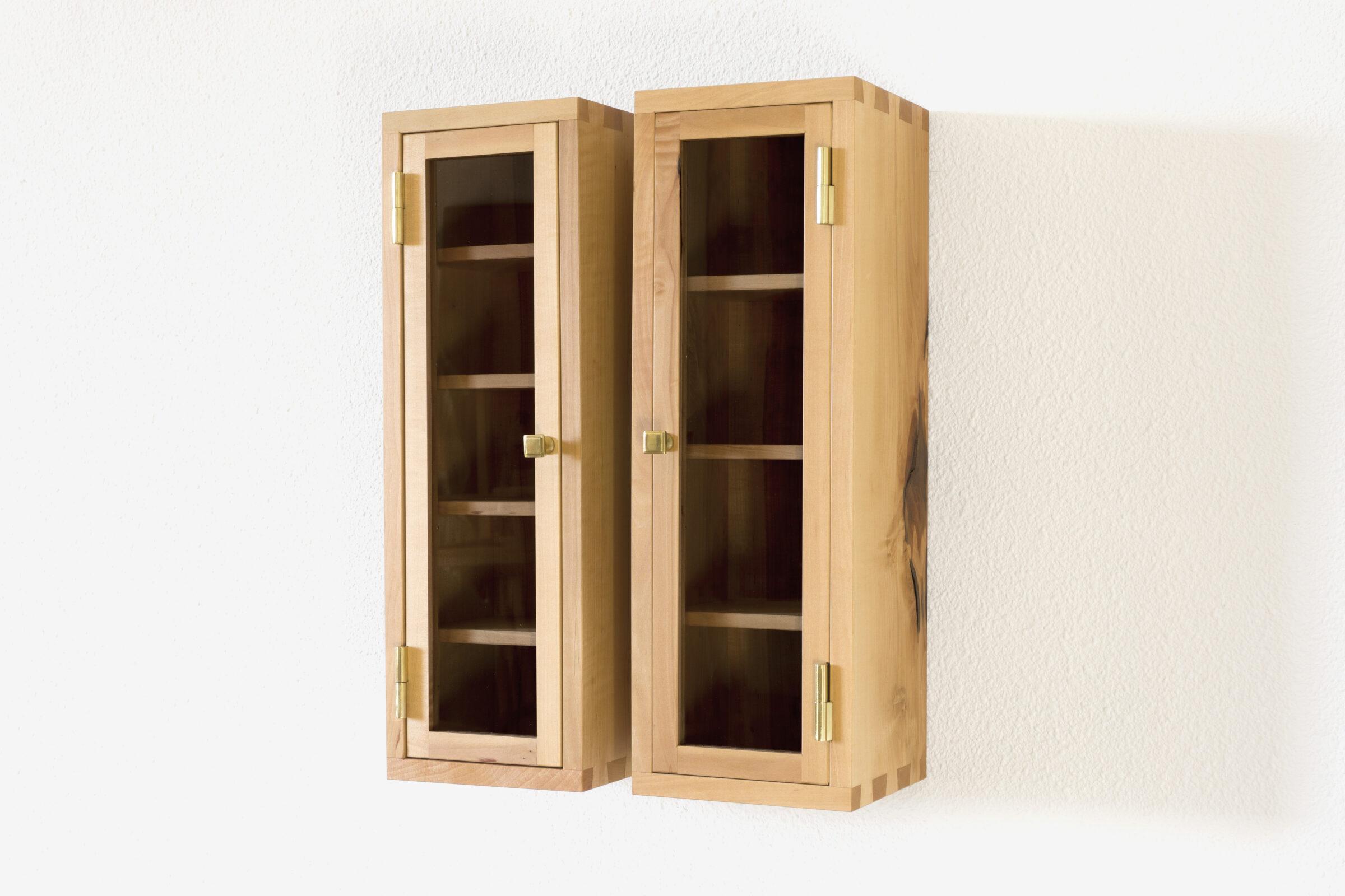 Glasschränkchen, seitlich, Massivholzmöbel handgemacht, Hochwertige Möbel aus Massivholz, Holzoberflächen handgehobelt, Einzelmöbelstücke, The Trees of Life
