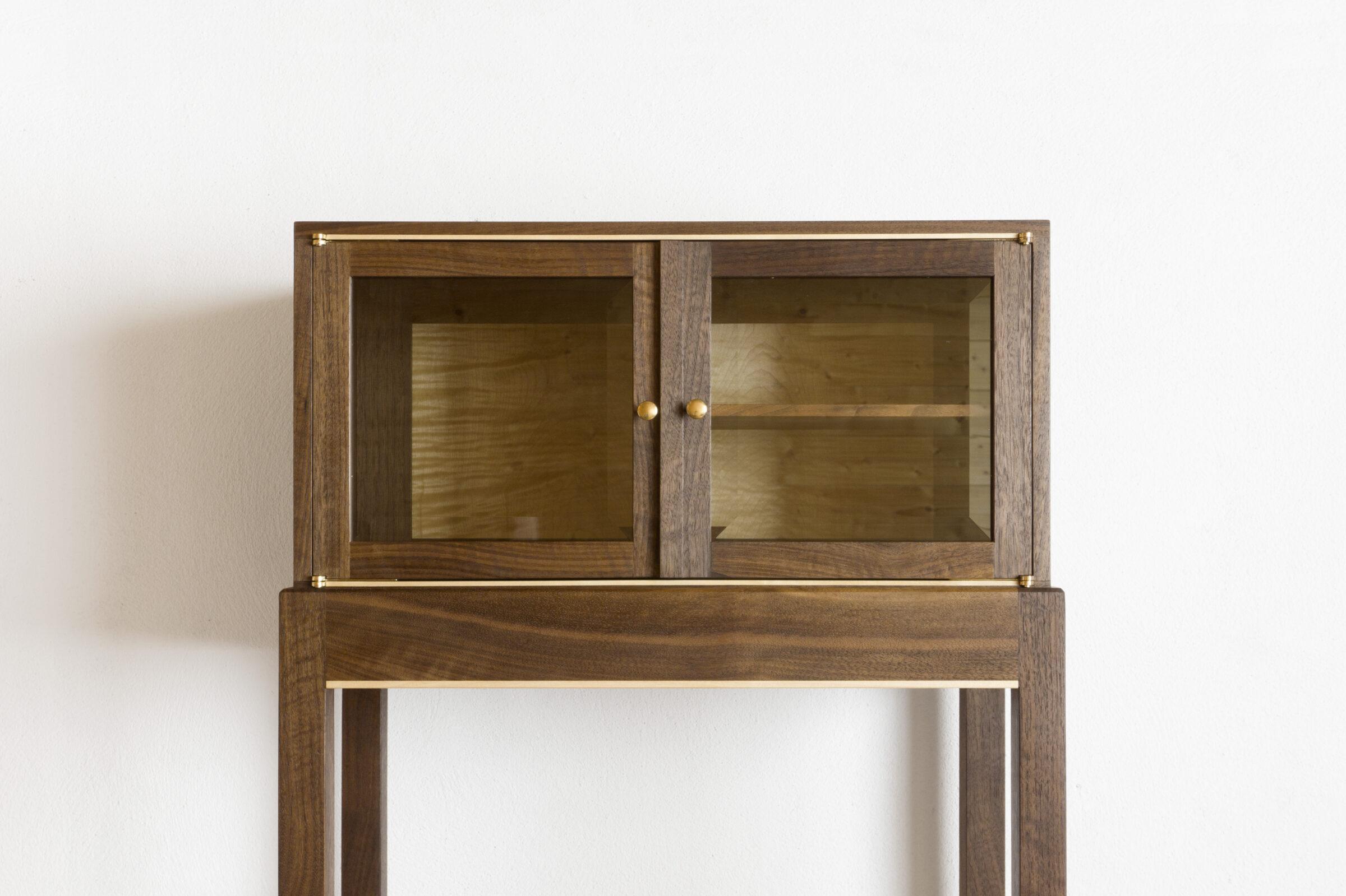Vitrinenschränkchen, vorne geschlossen, Massivholzmöbel handgemacht, Hochwertige Möbel aus Massivholz, Holzoberflächen handgehobelt, Einzelmöbelstücke, The Trees of Life