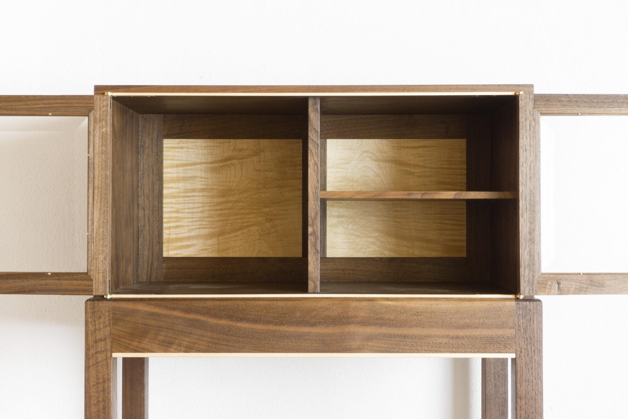 Vitrinenschränkchen, vorne offen, Massivholzmöbel handgemacht, Hochwertige Möbel aus Massivholz, Holzoberflächen handgehobelt, Einzelmöbelstücke, The Trees of Life