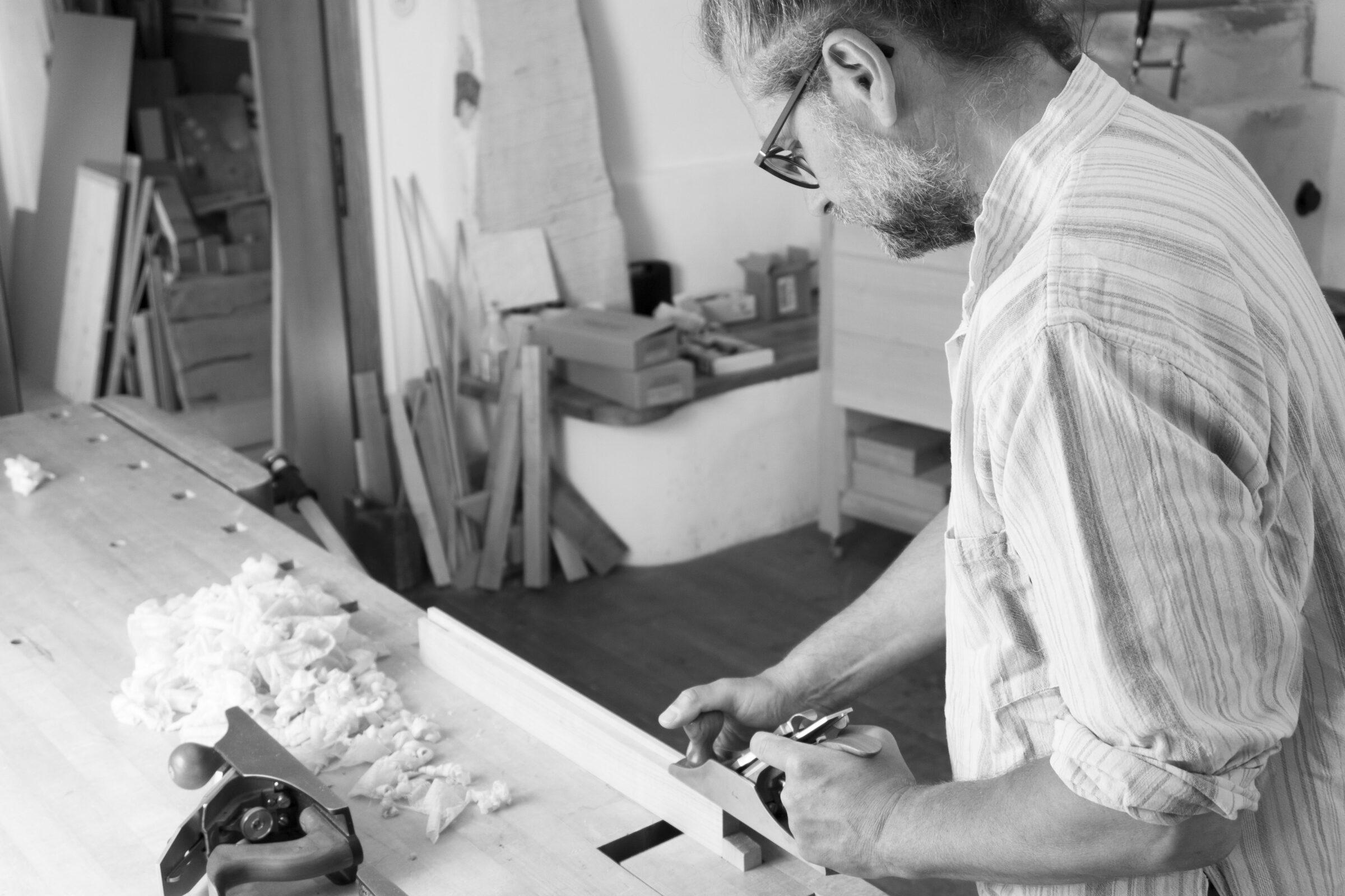 Thomas Schwaiger von The Trees of Life Möbelbau und Restaurierung bei der Arbeit